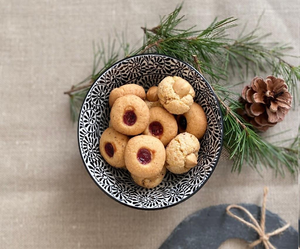 Biscotti di Natale o biscottini natalizi con nocciole e marmellata, biscotti alla Ussara e Nusshufeli