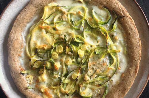 Pizza con farina di riso integrale e grano saraceno con spaghetti di zucchine e gorgonzola
