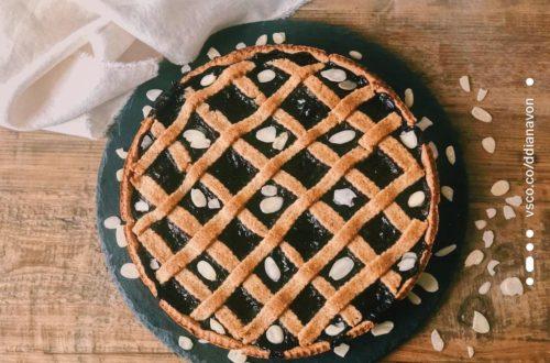 Crostata integrale con mandorle e marmellata di frutti di bosco, con farina di riso integrale, farina di grano saraceno e farina di mandorle