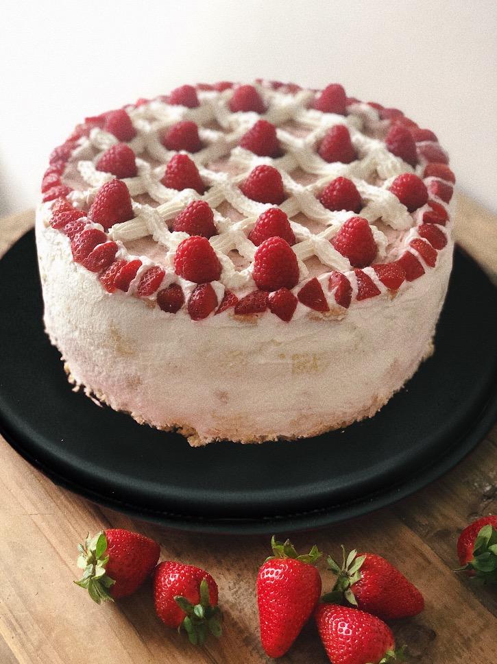 Mimosa doppia con fragole e panna senza lattosio, con farina di riso integrale, torta di compleanno