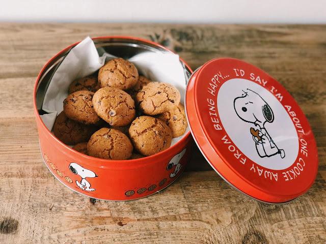 Biscotti con latte di nocciole e farina di nocciole, con gocce di cioccolato di Modica