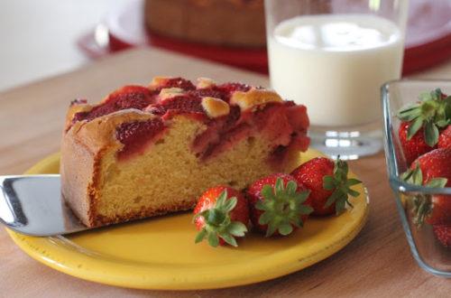 Torta integrale allo yogurt senza lattosio, con fragole, farina di riso integrale e farina di miglio bruno