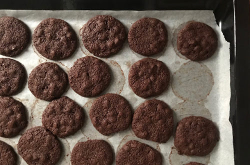 Cookies doppio cioccolato con farina di riso integrale, farina di ceci, cioccolato fondente, cacao amaro, mandarancio, gocce di cioccolato