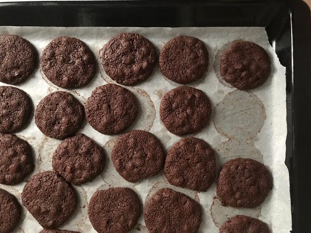 Biscotti al cioccolato fondente, con gocce di cioccolato e buccia di mandarancio, con farina di riso integrale e di ceci