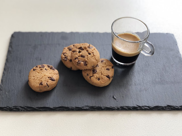 Biscotti con farina diriso, latte di nocciole e gocce di cioccolato