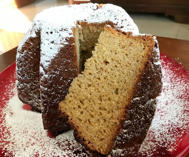 Pandoro con farina di riso, farina di mais, poco lievito, con una biga e due impasti, con cioccolato bianco e vaniglia, dolce di Natale