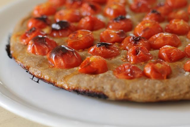 Focaccia barese, con pomodorini, olive, con farina di riso, farina di teff, farina di quinoa, poco lievito, senza latticini