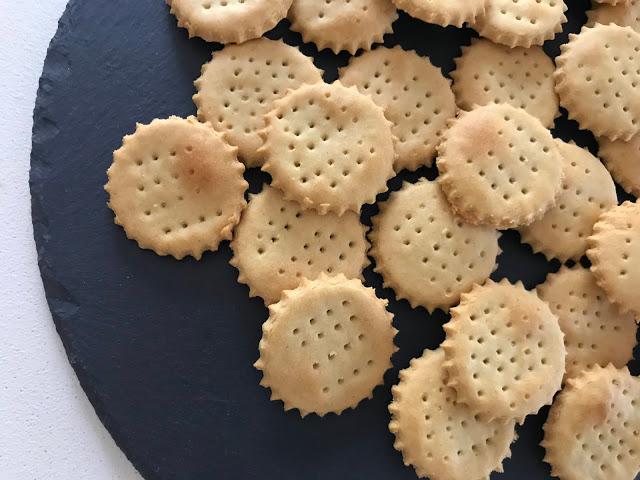 Crackers con farina di legumi Legù per aperitivo, pranzo, cena e come snack