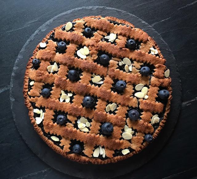 Linzer Torte con marmellata di mirtilli, decorata con lamelle di mandorle e mirtilli