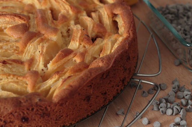 Torta con mele e gocce di cioccolato, con farina di riso, farina di mais, farina di miglio, senza lattosio