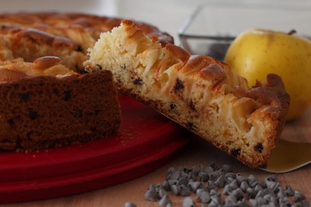 Torta senza lattosio con farine naturali di riso, mais o miglio bruno, di mele con gocce di cioccolato