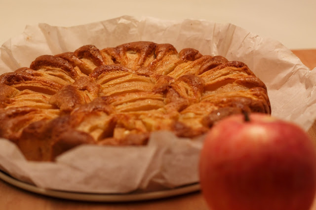 Torta di mele rosse senza lattosio e con farine naturali di riso, mais e miglio