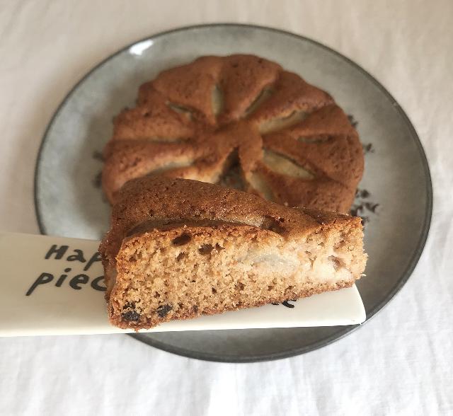 Torta di pere con farina di castagne, farina di riso integrale, gocce di cioccolato, torta per la colazione