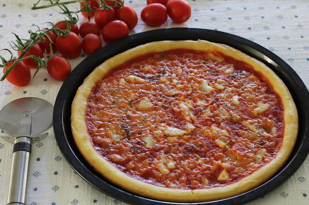 Pizza margherita con farine naturali di riso, mais e teff con pomodoro e mozzarella senza lattosio
