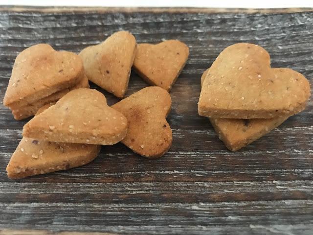 Crackers con farina di legumi e di nocciole, per uno snack, un aperitivo, un pranzo o una cena