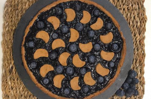 Crostata integrale con mandorle, cocco e marmellata di mirtilli, con farina di riso integrale, farina di miglio bruno, senza lattosio, con panna di cocco