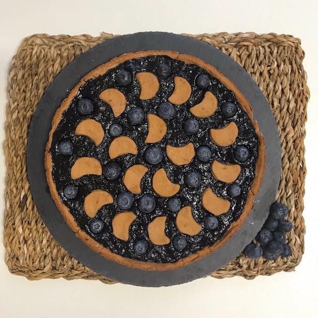 Crostata integrale con farina di mandorle, panna di cocco e mirtilli