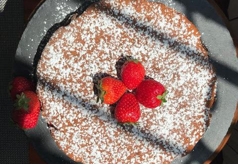 Torta morbida senza burro con olio, zucchero e farina di cocco, senza lattosio, con marmellata di fragole