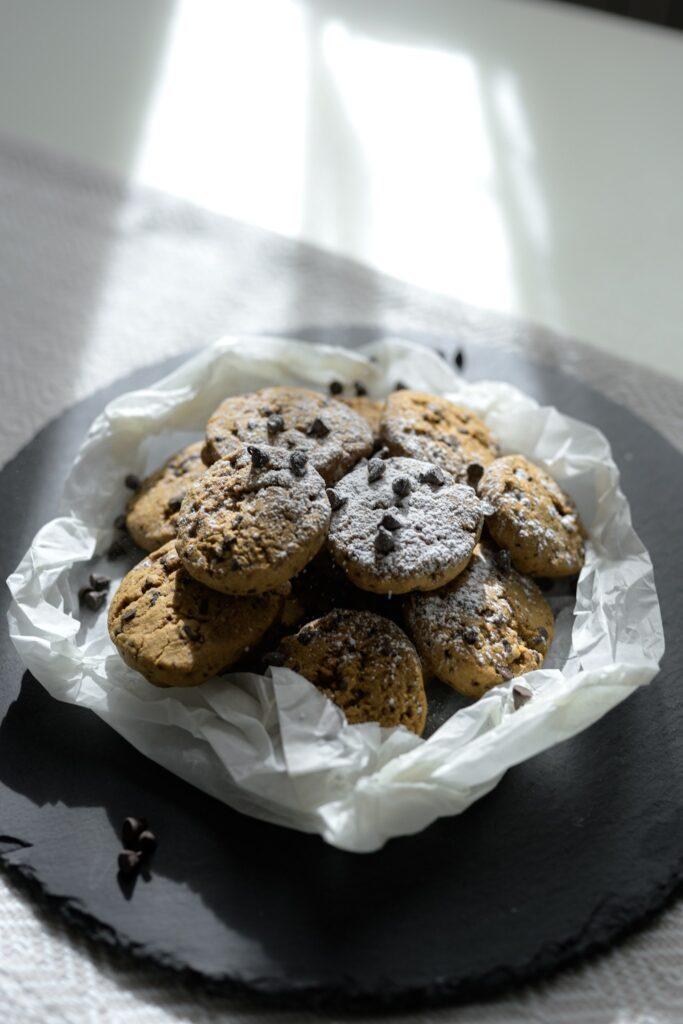Cookies integrali con farina di riso integrale e di miglio bruno con tante gocce di cioccolato