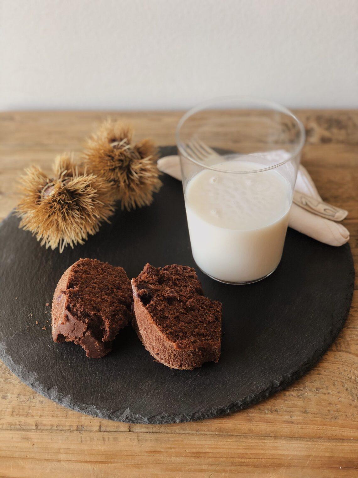 Ciambella senza glutine, uova, zuccheri aggiunti e latticini al cacao e marmellata di mirtilli rossi con mirtilli, buonissima e morbidissima