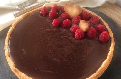 Cheesecake con farine naturali di riso e di mais, senza lattosio, con marmellata di lamponi e crema al cioccolato