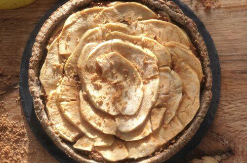 Crostata vegana senza burro, senza uova, con farina di grano saraceno, farina di mandorle, olio di semi di girasole o di cocco, mele renette e amaretti, con grappa al miele