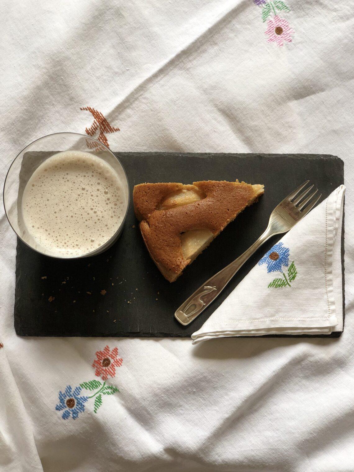 Torta di pere senza latticini e senza lievito, con latte di nocciola e farina di nocciole, con farina di miglio bruno