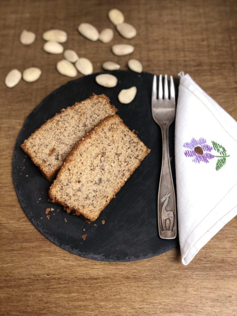 Banana bread senza glutine con farina di riso e mandorle, senza latticini, olio e burro, con latte di mandorle e senza lievito
