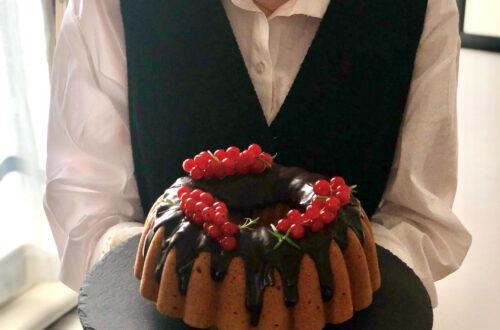 Bundt cake con burro chiarificato, senza lattosio, con farina di riso integrale e farina di castagne, con glassa al cioccolato e ribes rosso