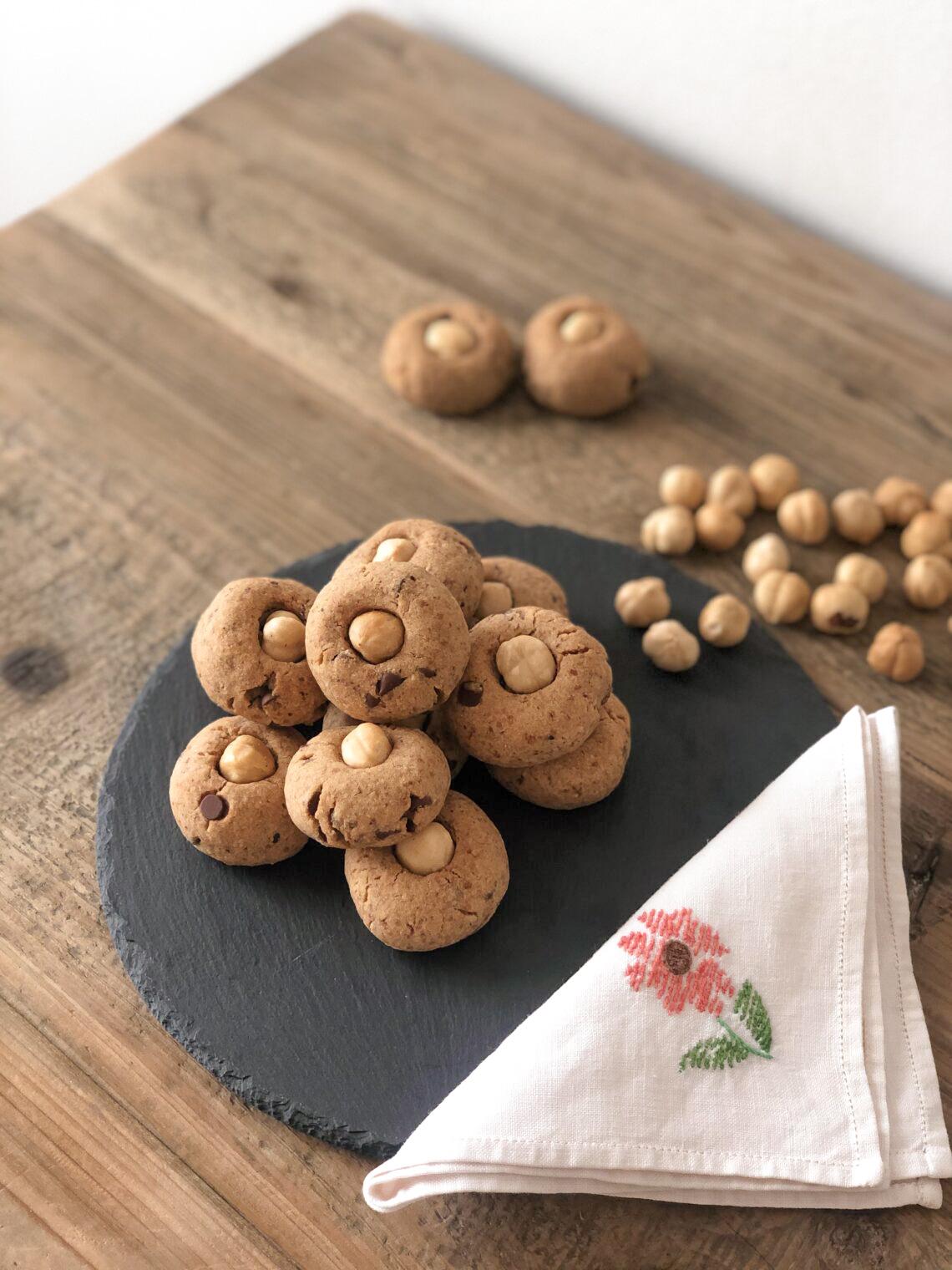 Biscotti con farina di castagne e farina di nocciole senza lattosio con gocce di cioccolato e farina di riso integrale