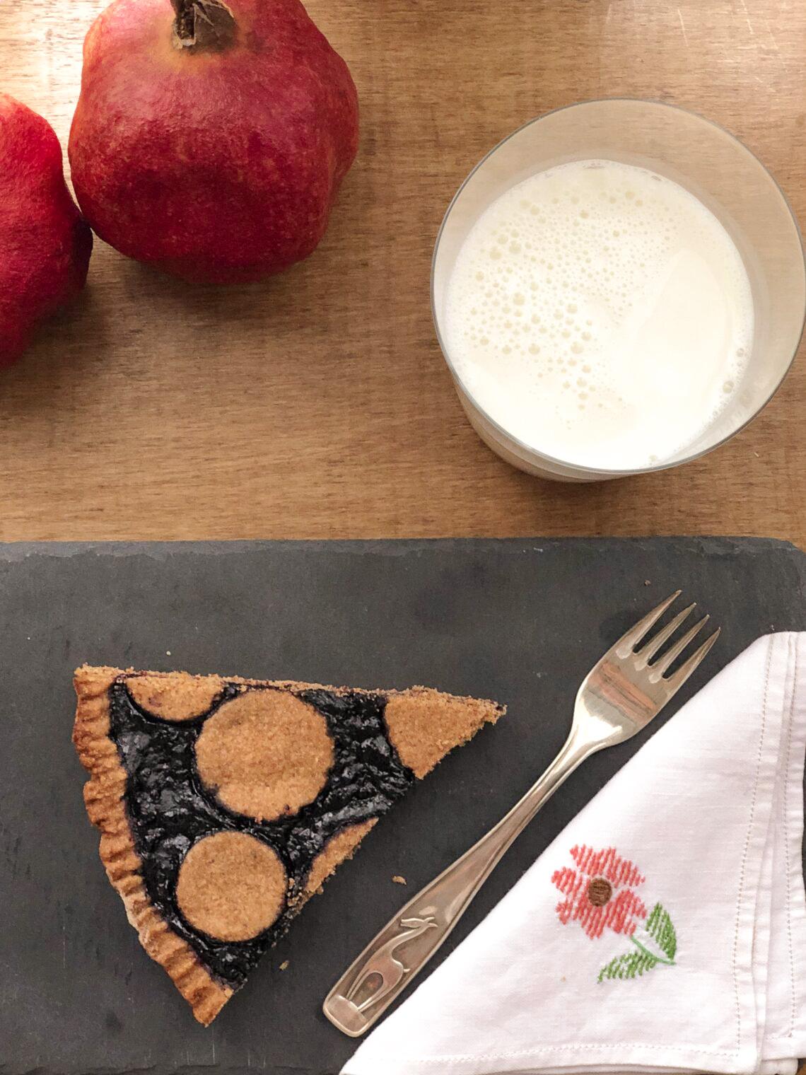 Crostata con farina di miglio e nocciole, senza lattosio, con marmellata di mirtilli, con burro chiarificato