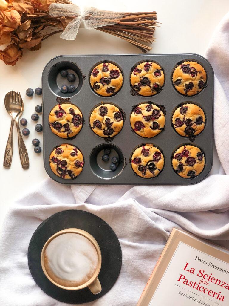 Muffin senza latticini con gocce di cioccolato senza latte, farina di riso integrale, mirtilli freschi, con yogurt di soia