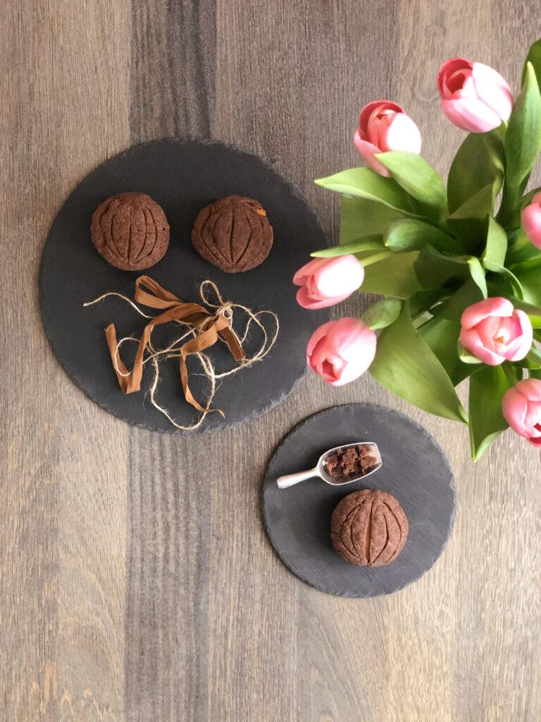 Sacher torte con farina di legumi Legù, glassa al cioccolato fondente, marmellata, torta proteica senza glutine e senza lattosio