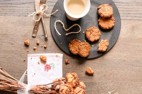 Biscotti con farina di riso integrale, fiocchi di avena, mirtilli rossi e nocciole, senza burro, senza latticini e senza uova