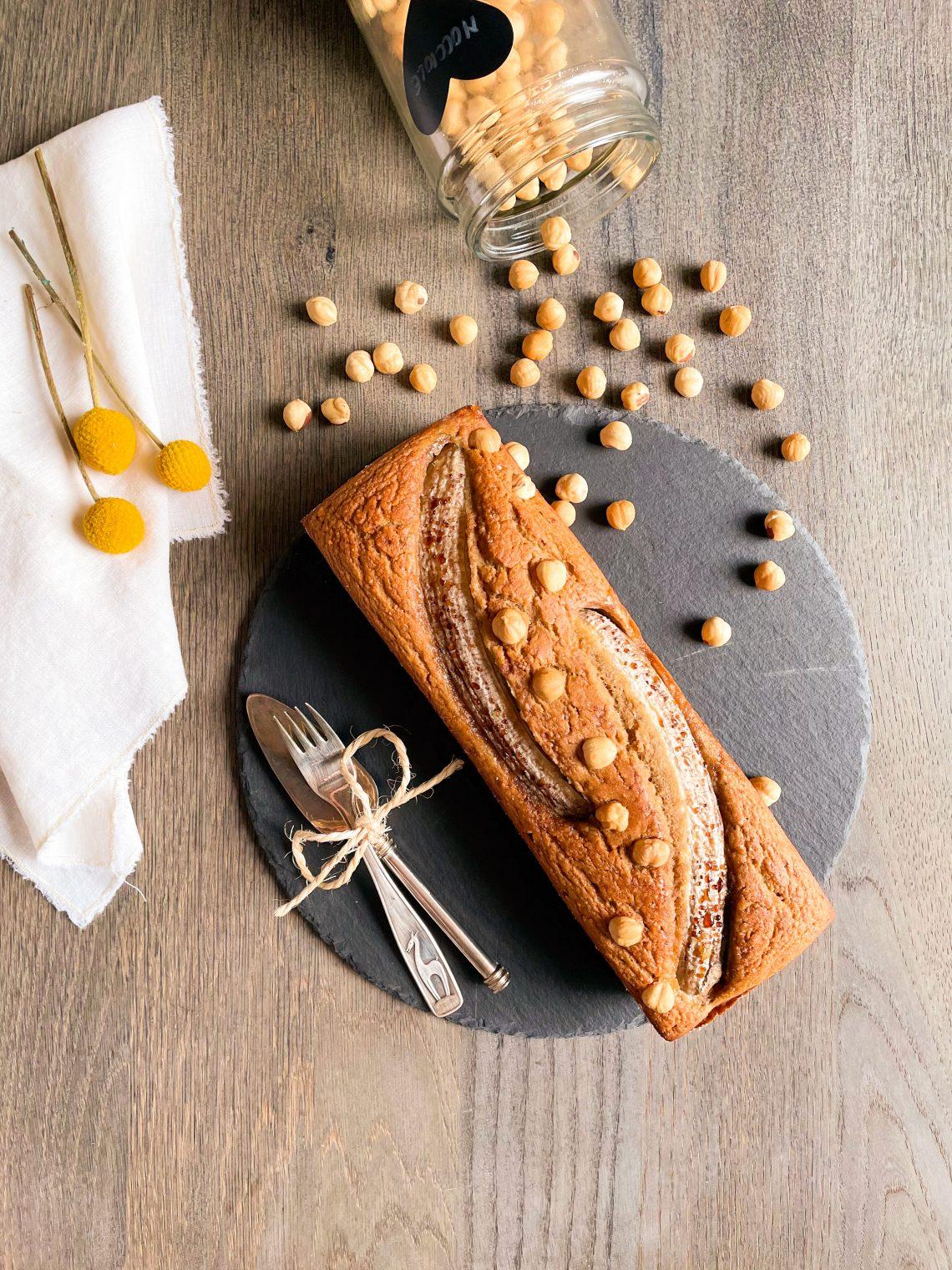 Banana bread con farina di riso integrale, nocciole tritate, banane frullate, senza latticini con latte di soia