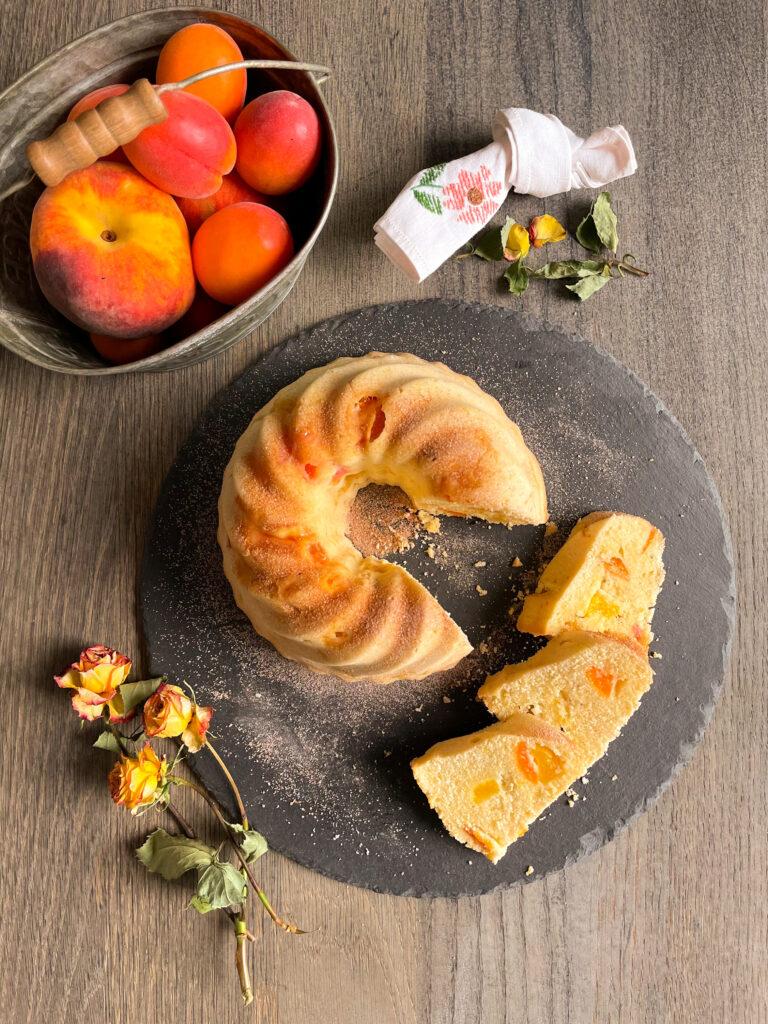 Torta del Donizetti con farina di riso integrale e fecola, senza canditi, con frutta fresca di stagione, albicocche e pesche
